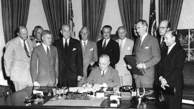 美国总统杜鲁门1949年在北大西洋公约上签字,北约正式成立.jpg
