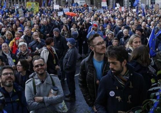 当地时间10月19日,英国伦敦,英国议会就首相鲍里斯-约翰逊的新脱欧协议进行投票表决,数万人涌向伦敦。抗议者们聚集在伦敦街头,戴着欧盟旗帜和贝雷帽,举着标语牌游行,要求再次就英国脱欧举行公投.jpg